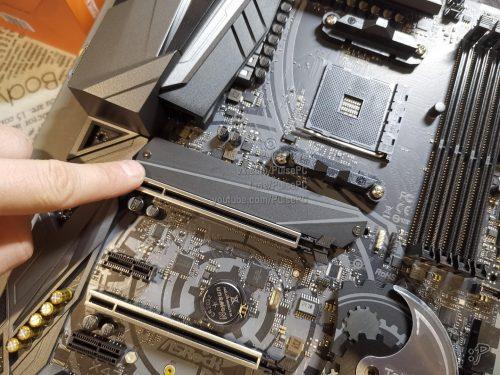 Закрепляю SSD-диск комплектным радиатором