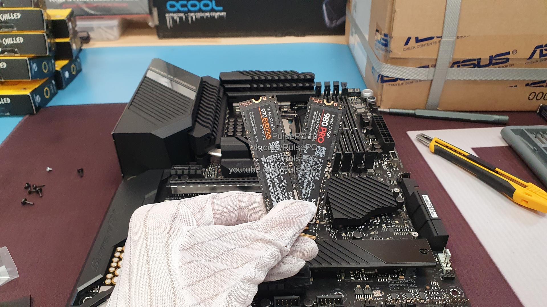 Два SSD в руке